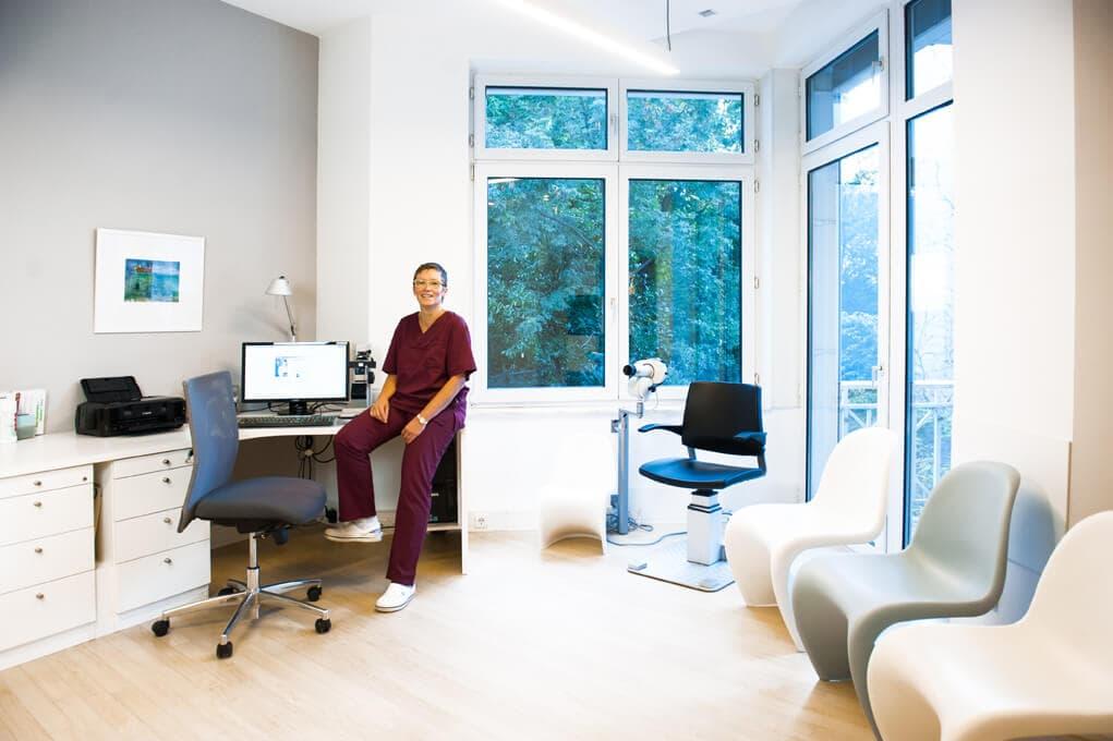 Augenarzt Baden-Baden (Dr. König / Dr. Wißmann): Praxisräume - Sprechzimmer der Sehschule 3. OG mit Orthoptistin Fr. Proß